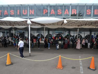 FOTO: Jelang Larangan Mudik, Ribuan Penumpang Padati Stasiun Pasar Senen