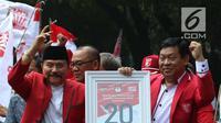 Ketua Umum PKPI AM Hendropriyono mengarak nomor urutnya dengan menggunakan mobil Jeep Rubicon seusai meninggalkan kantor KPU, Jakarta, Jumat (13/4). KPU resmi menetapkan PKPI sebagai peserta pemilu 2019 dengan nomor utut 20. (Liputan6.com/Angga Yuniar)