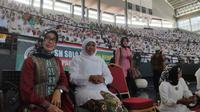 Gubernur Jatim, Khofifah Indar Parawansa saat bersama Ibunda Jokowi, Sujiatmi Notomihardjo. (Foto: Liputan6.com/Dian Kurniawan)