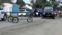Warga Desa Sambirejo kesal karena pemerintah setempat tidak juga mengaspal jalan yang berdampak pada kesehatan masyarakat.