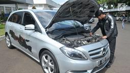 Petugas montir mengecek mesin salah satu mobil untuk Lebaran Rescue 2017, Jakarta, Jumat (16/6). Lebaran Rescue adalah program tahunan yang digelar Mercedes-Benz untuk mendukung pelanggan kendaraan komersial. (Liputan6.com/Helmi Afandi)