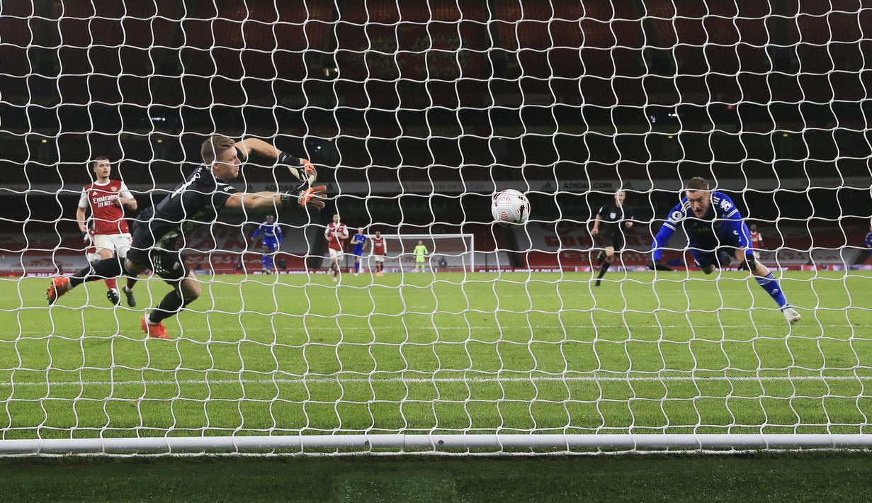 Penyerang Leicester City, Jamie Vardy (kanan) saat memasukan bola ke gawang Arsenal yang dijaga kiper Bernd Leno pada pertandingan lanjutan Liga Inggris di Stadion Emirates di London, Inggris, Minggu (25/10/2020). Leicester City menang 1-0 atas Arsenal. (Catherine Ivill/Pool via AP)