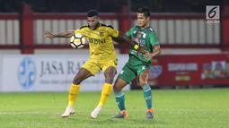 Pemain Bhayangkara FC, Marinus Wanewar (kiri) berebut bola dengan bek PSMS, Muhamad Roby pada lanjutan Go-Jek Liga 1 Indonesia bersama Bukalapak di Stadion PTIK, Jakarta, Jumat (3/8). Bhayangkara FC unggul 3-1. (Liputan6.com/Helmi Fithriansyah)