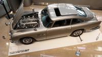 Mobil Aston Martin DB5 dalam film James Bond 1965 ditampilkan di rumah lelang Sotheby, New York, Senin (29/7/2019). Aston Martin DB5 milik James Bond itu akan dilelang pada 15 Agustus mendatang di Monterey, California. (AP/Richard Drew)