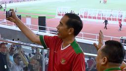 Presiden Jokowi bersama Ketua DPR, Bambang Soesatyo menyempatkan diri membuat vlog  saat menonton laga final Piala Presiden 2018 antara Persija Jakarta vs Bali United di Stadion Utama Gelora Bung Karno, Sabtu (17/2). (Liputan6.com/Pool/Biro Pers Setpres)