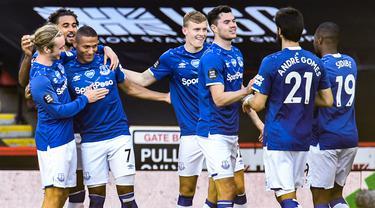 Pemain Everton merayakan gol yang dicetak Richarlison ke gawang Sheffield United pada laga lanjutan Premier League di Bramall Lane Stadium, Selasa (21/7/2020) dini hari WIB. Everton menang 1-0 atas Sheffield United. (AFP/Peter Powell/pool)
