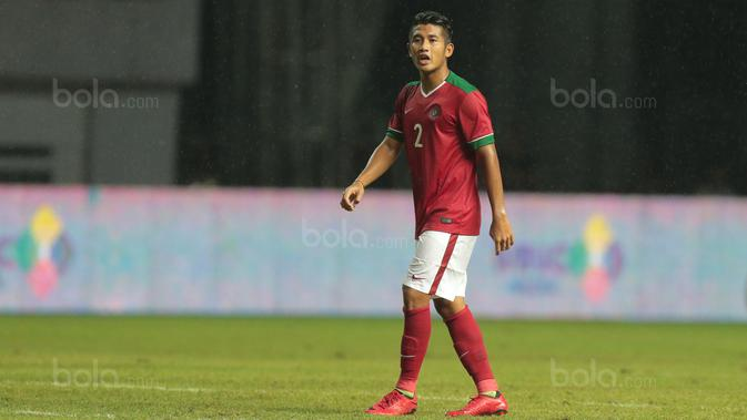 Pemain Timnas Indonesia U-23, I Putu Gede Juni Antara saat melawan Suriah U-23 pada laga persahabatan di Stadion Wibawa Mukti, Bekasi, Rabu (16/11/2017). Indonesia kalah 2-3. (Bola.com/NIcklas Hanoatubun)