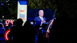 Calon presiden dari Partai Demokrat, Joe Biden terlihat pada layar video saat berpartisipasi dalam kampanye secara drive-in yang diselenggarkan CNN di Moosic, Pennsylvania, Kamis (17/9/2020). (AP Photo/Carolyn Kaster)