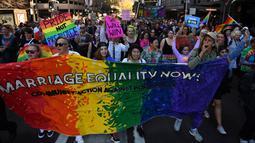Ribuan orang mengikuti demo kesetaraan pernikahan sejenis di Sydney (10/9). Mereka turun kejalan untuk meminta kesetaraan pernikahan pasangan sesama jenis di Sydney. (AFP Photo/Saeed Khan)