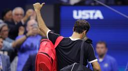 Petenis Roger Federer mengacungkan jempolnya saat berjalan keluar lapangan usai kalah dari Grigor Dimitrov pada perempat final turnamen tenis AS Terbuka 2019 di New York, Amerika Serikat, Selasa (3/9/2019). Dimitrov menang 3-6, 6-4, 6-3, 6-4, 6-2. (AP Photo/Charles Krupa)