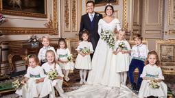 Gambar yang dirilis Istana Kensington pada 13 Oktober 2018, foto pernikahan Putri Eugenie dan Jack Brooksbank di Windsor Castle, Inggris. Putri Eugenie dan Jack Brooksbank berpose bersama flower boy dan flower girl. (Alex Bramall/Buckingham Palace via AP)