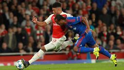 Pemain Arsenal, Alex Oxlade-Chamberlain berlari menghindari hadangan pemain Olympiacos, Leandro Salino pada laga Liga Champions di Stadion Emirates, Inggris, Rabu (30/9/2015). (EPA/Sean Dempsey)