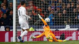 Kiper Wolfsburg, Diego Benaglio gagal menghalau bola tendangan gelandang Real Madrid, Cristiano Ronaldo di leg kedua liga Champions di Santiago Bernabeu, Spanyol (13/4). Madrid menang atas Wolfsburg dengan skor 3-0. (Reuters/Sergio Perez)