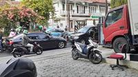 Tak mau kalah meski lawan arah, pengendara BMW tondongkan pistol (Romeo Guntur)