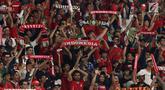 Suporter membentangkan syal saat merayakan kemenangan Timnas Indonesia U-19 atas Chinnese Taipei pada laga penyisihan Grup A Piala AFC U-19 2018 di Stadion GBK, Jakarta, Kamis (18/10). Indonesia unggul 3-1. (Liputan6.com/Helmi Fithriansyah)