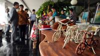Sejumlah hasil kerajinan warga binaan dipamerkan pada Napi Craft 2015 di Kuningan, Jakarta, Senin (21/12/2015). Napi Craft 2015 memamerkan beragam hasil kreativitas warga binaan dari 12 Divisi Pemasyarakatan. (Liputan6.com/Helmi Fithriansyah)