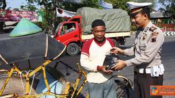 Citizen6, Kendal: Dalam rangka HUT Satlantas ke-56, jajaran Satlantas Polres Kendal menggelar rangkaian kegiatan yang diawali dengan pembagian 500 paket sembako kepada warga tak mampu Jumat (23/9). (Pengirim: Aryo Widiyanto)