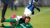 Pemain sayap Inter Milan, Victor Moses berebut bola dengan pemain Ludogorets, Dragog Grigore dalam leg pertama 32 besar Liga Europa di Huvepharma Arena, Kamis (20/2/2020). Inter Milan sukses membawa pulang kemenangan usai mengalahkan tuan rumah Ludogorets 2-0. (AP/Vadim Ghirda)