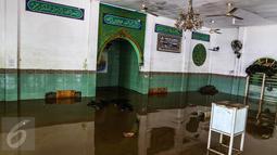 Air bercampur lumpur menggenangi masjid di komplek Pondok Gede Permai, Jatiasih, Bekasi, Jumat (22/4). Ratusan rumah di kompleks tersebut terendam banjir dan sebagian rusak akibat luapan aliran sungai Bekasi usai hujan deras. (Liputan6.com/Fery Pradolo)