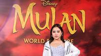 Sebelum menghadiri penayangan perdana Mulan, Prilly Latuconsina mendapat kesempatan untuk mewawancarai bintang film ini, Liu Yifei. . (Instagram/ prillylatuconsina96)