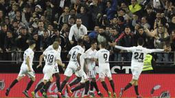 Para pemain Valencia merayakan gol yang dicetak oleh  Goncalo Guedes ke gawang Real Madrid pada laga La Liga 2019 di Stadion Mestalla, Rabu (3/4). Valencia menang 2-1 atas Real Madrid. (AP/Alberto Saiz)