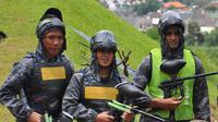 Tiga pemain Barito Putera, Aditya Harlan, Samsul Arif, dan Victor Tinoco saat bermain paintball pada jeda pemusatan latihan di Batu, Malang, Sabtu (23/2/2019). (Bola.com/Iwan Setiawan).