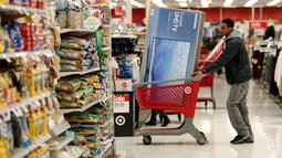 Pembeli mendorong troli belanjaan selama perayaan Black Friday di sebuah toko di Chicago, Kamis (24/11). Black Friday adalah tradisi hari belanja terbesar tahunan di Amerika yang berlangsung sehari setelah hari Thanksgiving. (REUTERS/Kamil Krzaczynski)