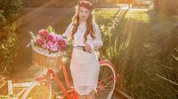 Madeline mendapatkan kontrak modeling pertamanya dari sebuah merek busana atletik perempuan ternama, Manifesta.