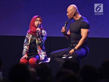 Presenter Deddy Corbuzier bersama selebgram Ria Ricis saat jadi pembicara di  XYZ DAY 2018  di The Hall Senayan City, Jakarta, Rabu (25/4). XYZ Day merupakan sebuah konferensi inspirasi multigenerasi. (Liputan6.com/Herman Zakharia)
