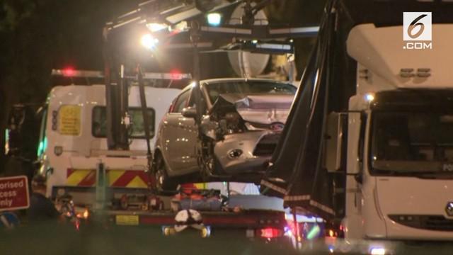 Kepolisian Inggris menahan seorang pria yang diduga melakukan aksi terorisme setelah ia menabrakkan mobilnya ke pagar pengaman di luar gedung Parlemen Inggris. Insiden itu melukai setidaknya dua orang.