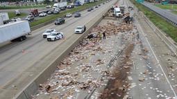 Kondisi Jalan Raya Arkansas, AS, yang dipenuhi pizza beku akibat sebuah truk terbalik, 9 Agustus 2017. Sebagian akses jalan pun ditutup karena kendaraan tidak dapat melintas dan terjebak dari jalur tersebut. (Arkansas Department of Transportation via AP)