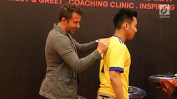 Legenda hidup sepak bola Italia, Alessandro Del Piero membubuhkan tanda tangan ke kasus fansnya saat coaching clinic di Medan, Sumatera Utara, Kamis (17/5). (Liputan6/comReza Efendi)