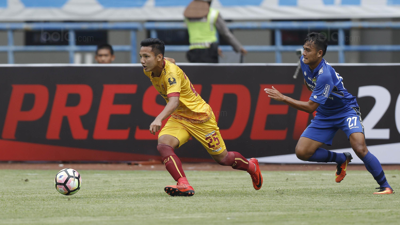 Gelandang Sriwijaya FC, Syahrian Abimanyu, menggiring bola saat melawan Persib Bandung pada laga Grup A Piala Presiden di Stadion GBLA, Bandung, Selasa (16/1/2018). Persib menang 1-0 atas Sriwijaya FC. (Bola.com/M Iqbal Ichsan)
