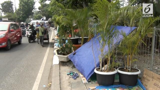 Imigran yang tinggal di pinggiran jalan dekat rumah detensi Imigrasi diprotes warga. Warga mulai terganggu dengan kehadiran para imigran.