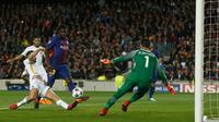 Pemain Barcelona Samuel Umtiti menendang bola yang akhirnya menciptakan gol bunuh diri dari pemain AS Roma Kostas Manolas saat pertandingan Liga Champions di stadion Camp Nou di Barcelona (4/3). (AP Photo / Manu Fernandez)