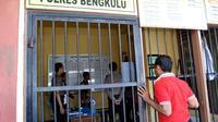 AH (29) pelaku pembunuhan salah seorang pekerja salon yang mayatnya ditemukan dalam kondisi setengah bugil saat ini diamaknkan di sel tahanan Mapolres Bengkulu (Liputan6.com/Yuliardi Hardjo)