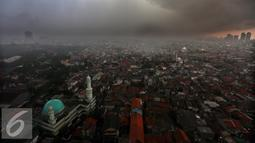 Suasana kota Jakarta tertutup awan gelap sebelum turunya hujan, Rabu (7/9).  BMKG memprediksi fenomena La Nina yang mengakibatkan curah hujan tinggi akan berlangsung hingga bulan September 2016. (Liputan6.com/Johan Tallo)