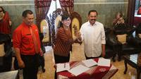 Sekjen PSSI, Ratu Tisha menemui Wali Kota Solo, FX Hadi Rudyatmo di rumah dinas Loji Gandrung, Juat (16/8).(Liputan6.com/Fajar Abrori)