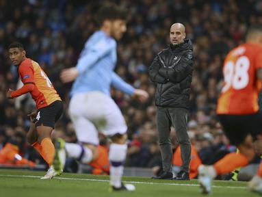 Pelatih Manchester City, Pep Guardiola menyaksikan pemainnya bertanding melawan Shakhtar Donetsk pada Grup C Liga Champions di Stadion Etihad, Inggris (26/11/2019). Manchester City bermain imbang 1-1 atas Shakhtar Donetsk. (AP Photo/Dave Thompson)