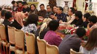 Presiden Joko Widodo atau Jokowi menggelar pertemuan dengan puluhan artis dan musisi papan atas Tanah Air di Istana Merdeka, Jakarta, Kamis (22/3). Jokowi mengajak para pelaku musik bisa membangun industri berkualitas. (Liputan6.com/Angga Yuniar)