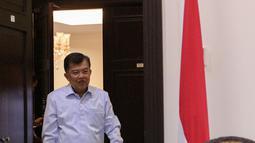 Wapres Jusuf Kalla tiba untuk menemui Sekjen ICIS, KH Hasyim Muzadi di Kantor Wakil Presiden, Jakarta, Senin (26/10/2015). Pertemuan membahas rencana Konvensi Islam Internasional di Malang dengan fokus perdamaian di Indonesia. (Liputan6.com/Faizal Fanani)