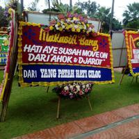Setelah menggelitik banyak orang, karangan bunga untuk Ahok di Balai Kota dibakar. (Via: Karla Farhana/Bintang.com)