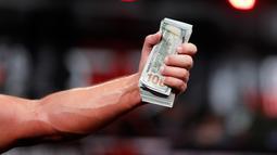 Michael Todd, dari Hot Springs, Ark., Memegang segepok uang tunai merayakan kemenangan atas Devon Larratt, dari Big Island, Ontario, Kanada, di kelas berat di Kejuaraan Adu Panco di Atlanta, (5/9). (AP Photo/David Goldman)