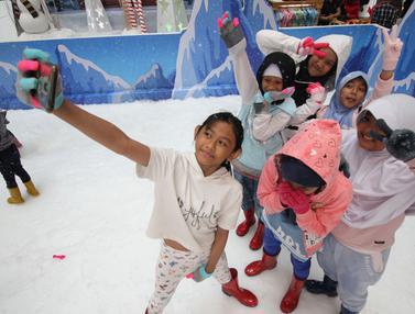 Sambut Natal dan Tahun Baru, Anak-Anak Asyik Bermain Salju di Mal