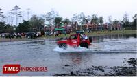 Plt Bupati Purbalingga, Dyah Hayuning Pratiwi, saat menaiki mobil off road di sungai Klawing pada acara Klawing Playon Sonten (TIMES Indonesia/Sinnangga Angga)