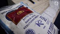 Barang bukti sejumlah kemasan gula rafinasi yang ditampilkan di Gedung Bareskrim, Jakarta, Rabu (1/11). Petugas berhasil mengamankan sebanyak 82.500 kemasan gula rafinasi yang siap konsumsi. (Liputan6.com/Faizal Fanani)