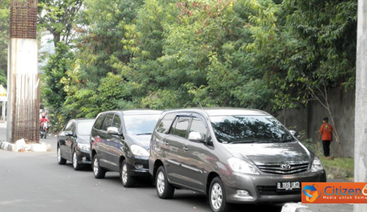 Citizen6, Jakarta: Seharusnya himbauan dilarang parkir sembarangan perlu ditingkatkan, sehingga mobil yang parkir sembarang di tindak tegas. Seperti beberapa mobil yang terparkir di jalur proyek monorail di depan gedung DPR/MPR. (Pengirim: Prasepta)
