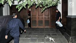 Suasana di halaman rumah Dirut PLN Sofyan Basir saat penggeledahan oleh tim penyidik KPK di Bendungan Hilir, Jakarta, Minggu (15/7).Penggeledahan terkait kasus suap yang melibatkan Eni Maulani Saragih dan Johannes B Kotjo. (Merdeka.com/Iqbal S Nugroho)