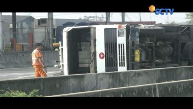 Truk trailer pengangkut peti kemas terguling di ruas Tol Jorr, Jakarta Timur. Kendaraan dialihkan untuk menghindari kemacetan.