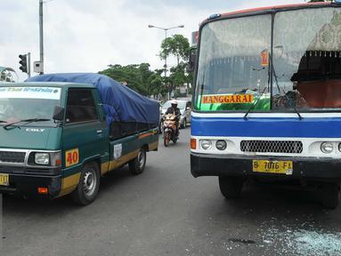Metromini 17 jurusan Pasar Senen - Manggarai dirusak oleh sekelompok orang di Manggarai, Jakarta, Selasa (19/4). Belum diketahui maksud dari pengerusakan tersebut. (Liputan6.com/Gempur M Surya)